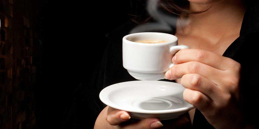 tazzina caffè mani donna