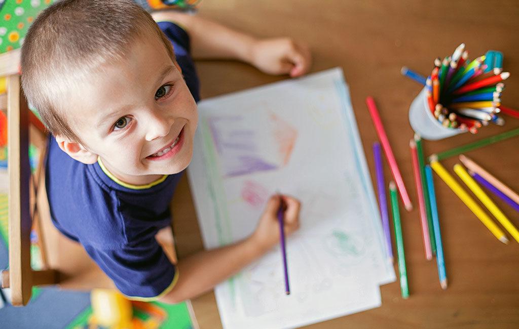 bambino colora disegno