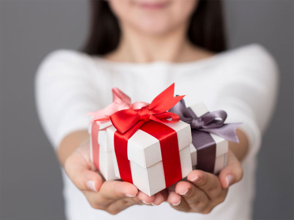 fare regalo donna mani