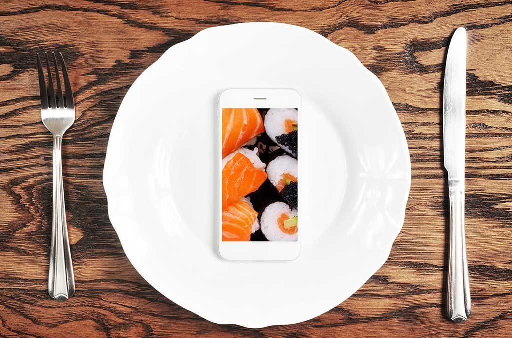 cellulare piatto mangiare sushi