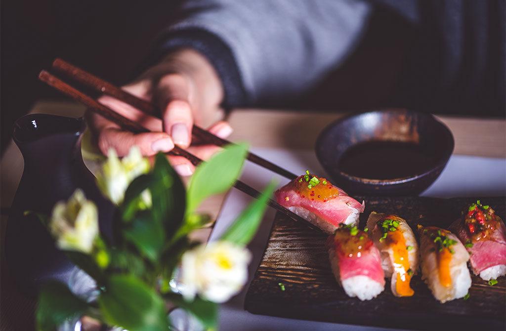 mano bacchette sushi