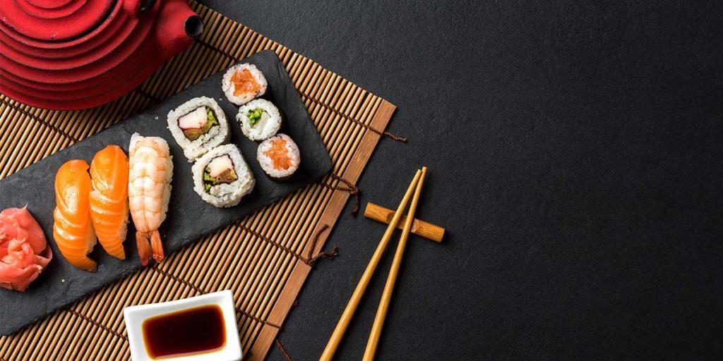 tavola sushi teiera rossa bacchette