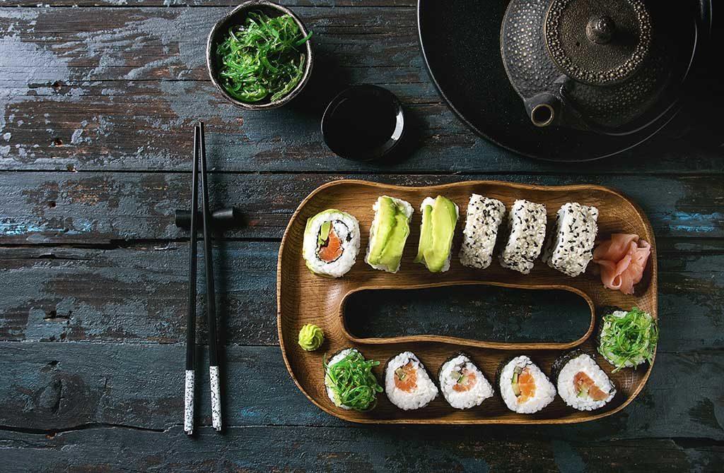 piatto legno sushi tavola teiera ghisa