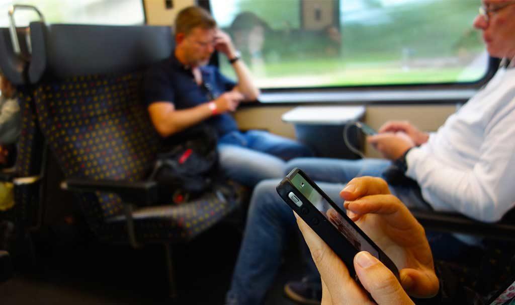 persone treno smartphone