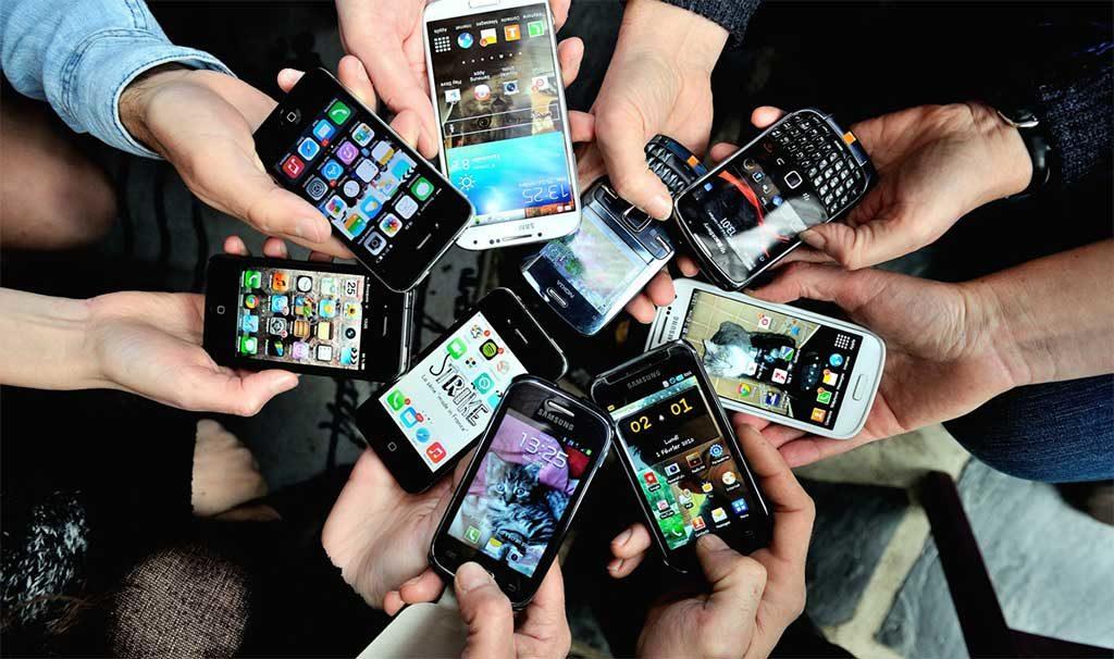gruppo persone smartphone