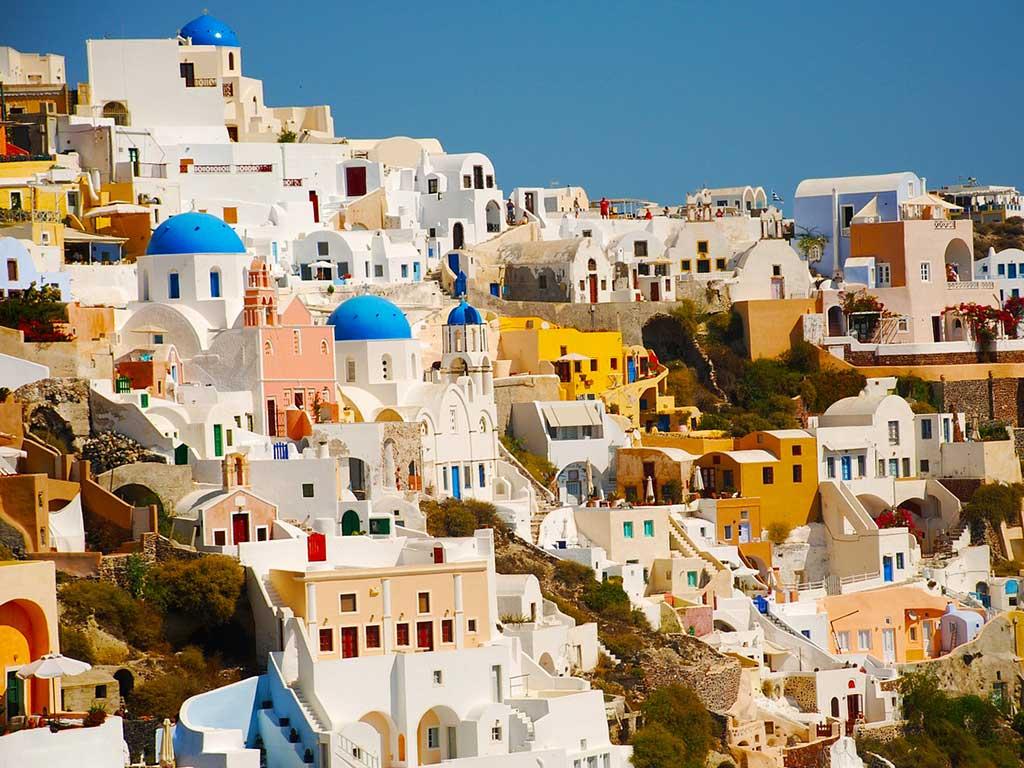 gruppo case colorate santorini grecia