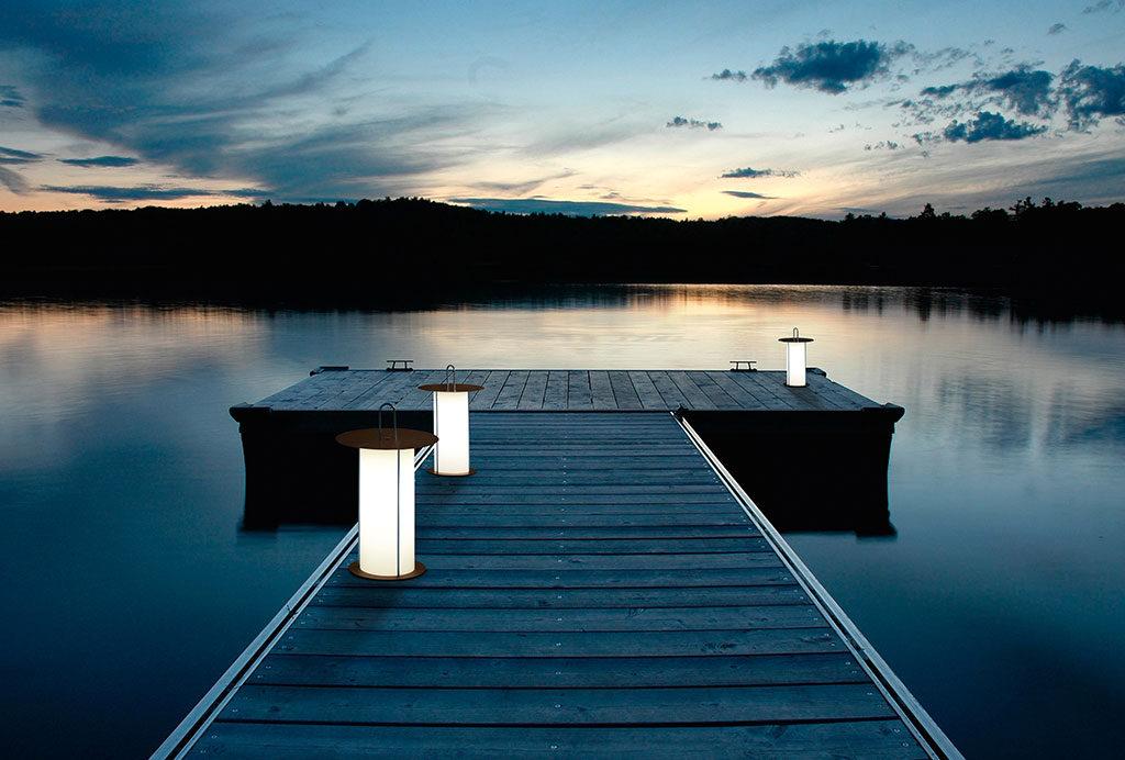 lanterne accese su molo legno