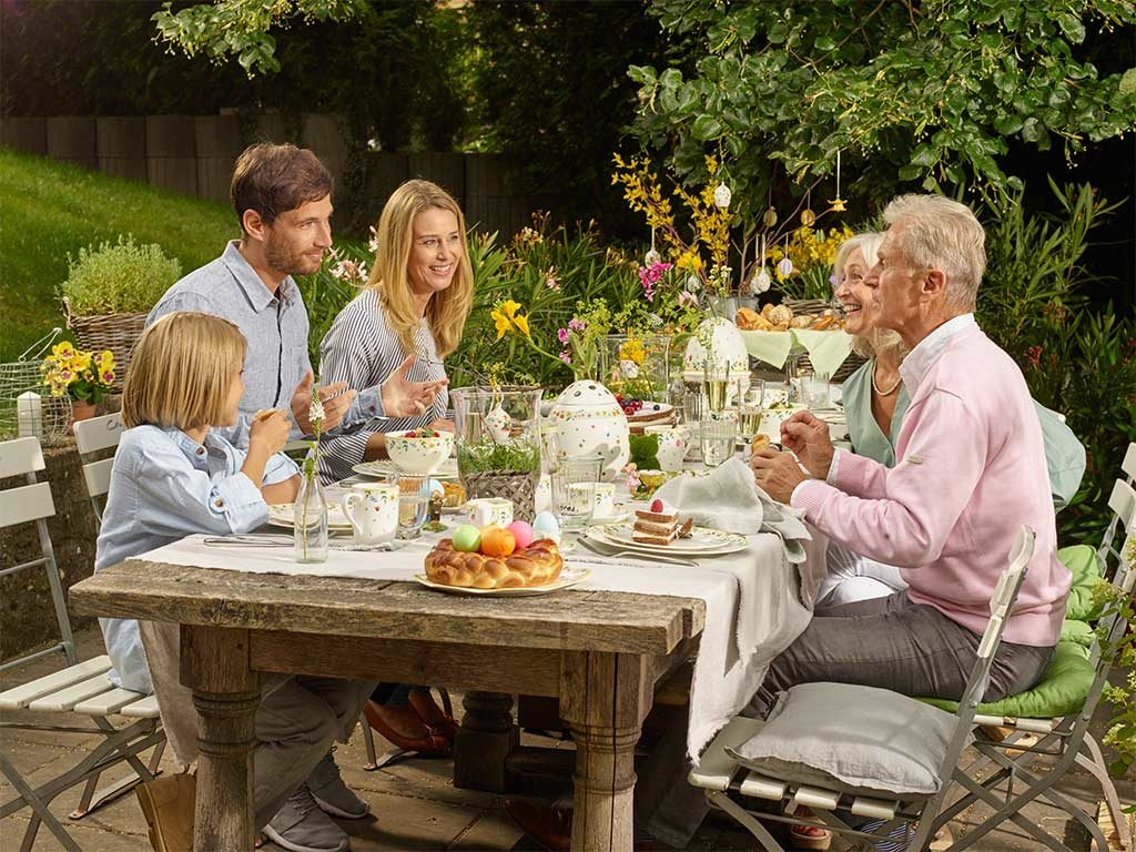 famiglia tavola pasqua