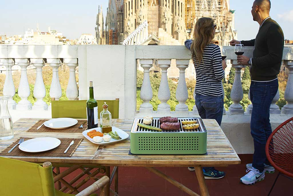 barbecue portatile appoggiato su tavolo terrazzo