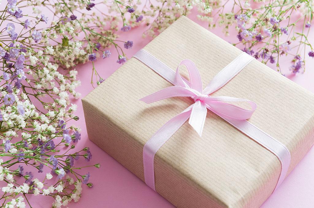 pacchetto regalo nastro rosa