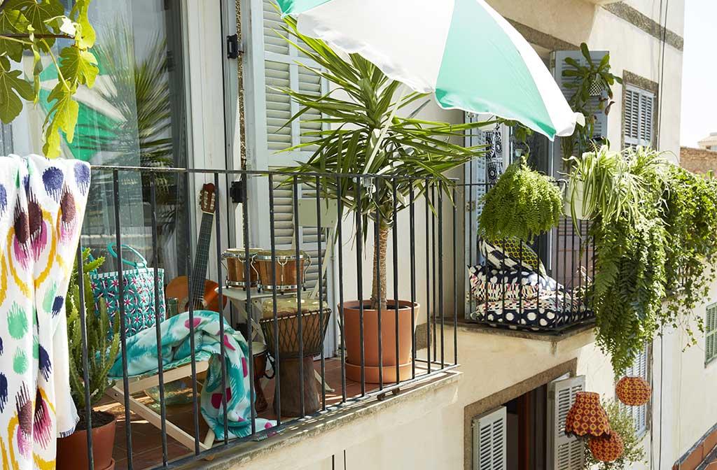 balcone arredato estate ombrellone
