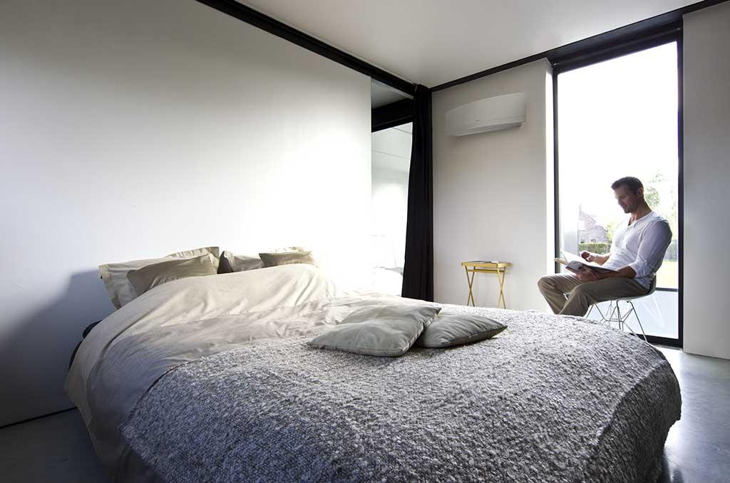 condizionatore aria installato su parete camera da letto