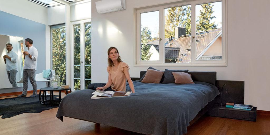 condizionatore installato su parete sopra letto
