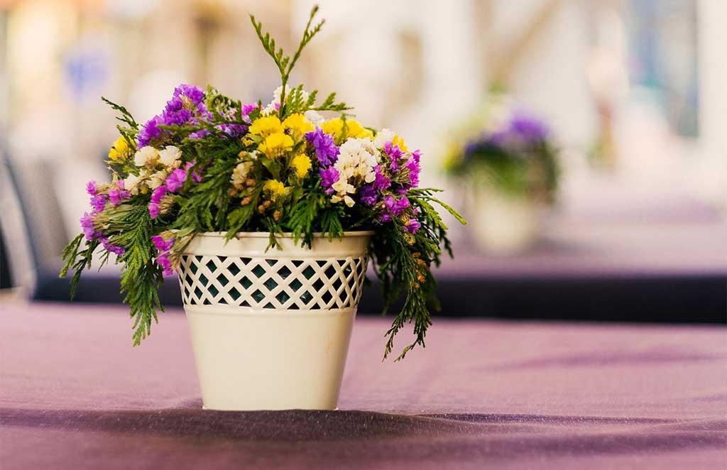 mazzo di fiori in vaso bianco