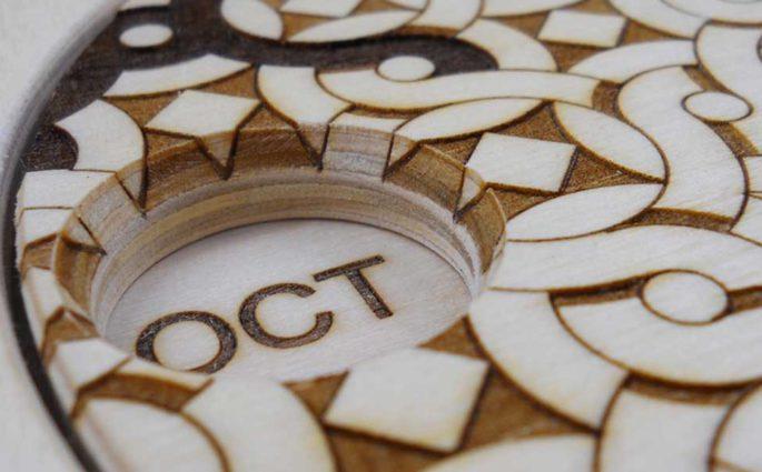 particolare calendario in legno