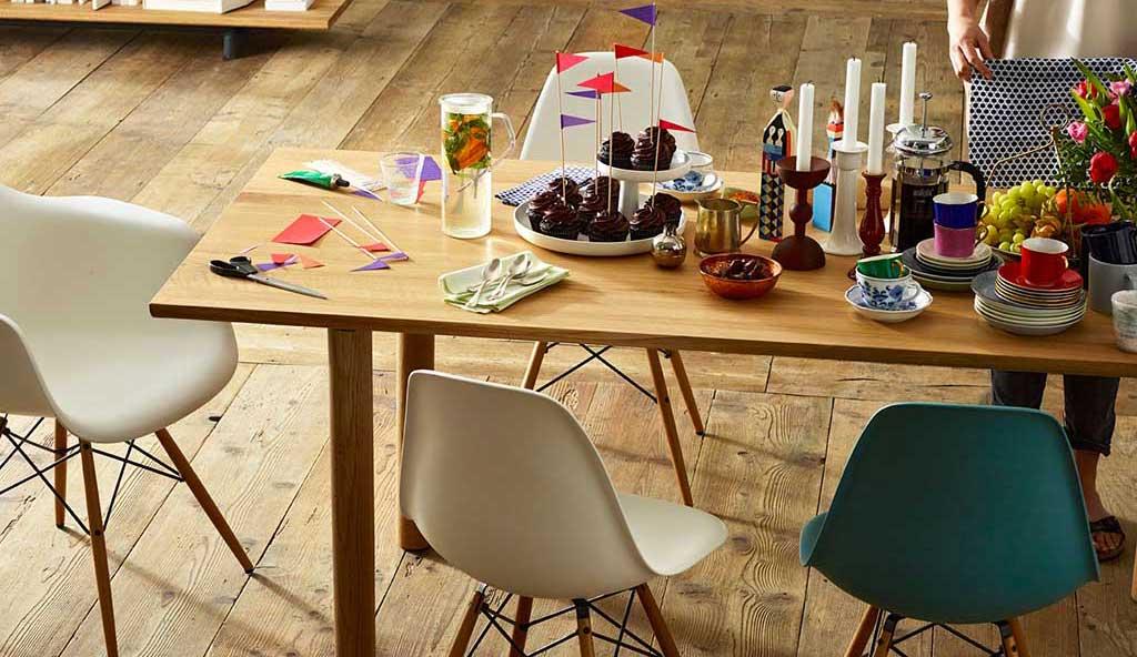 sedie in plastica colorata con ampe in legno di charles eames