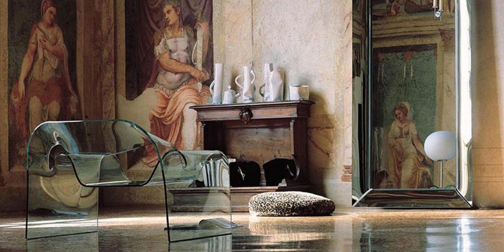 poltroncina in vetro di design in ambientazione soggiorno