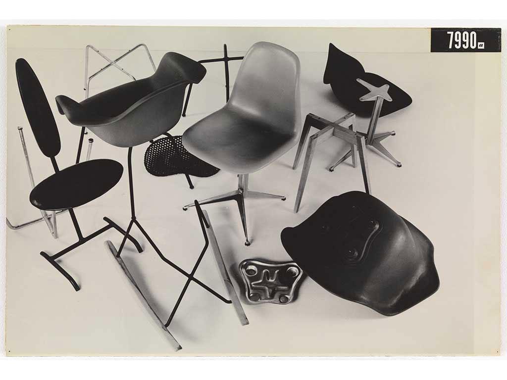 foto di alcuni prototipi di sedia by charles eames