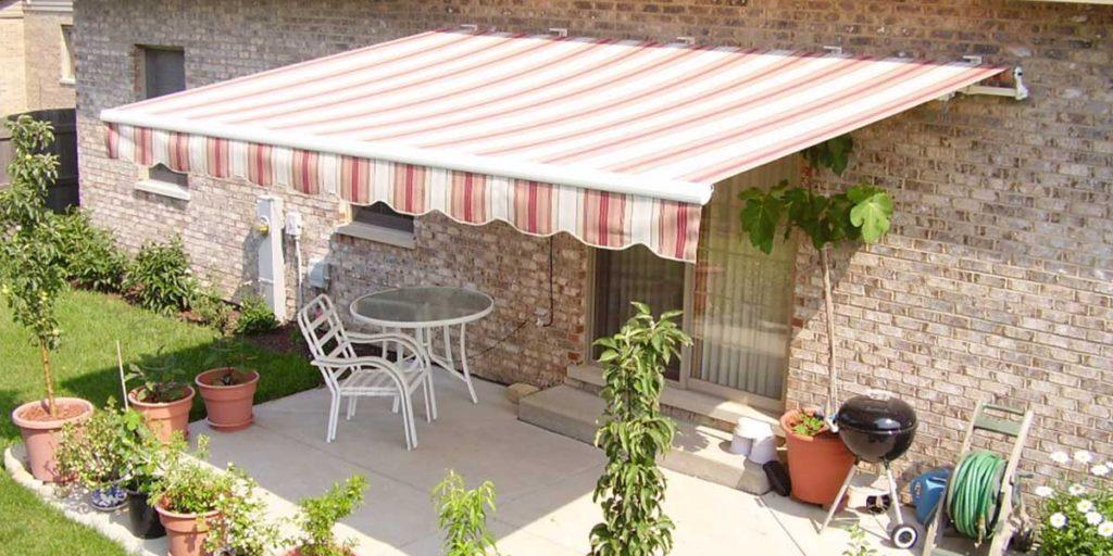 tenda da sole a righe a parete