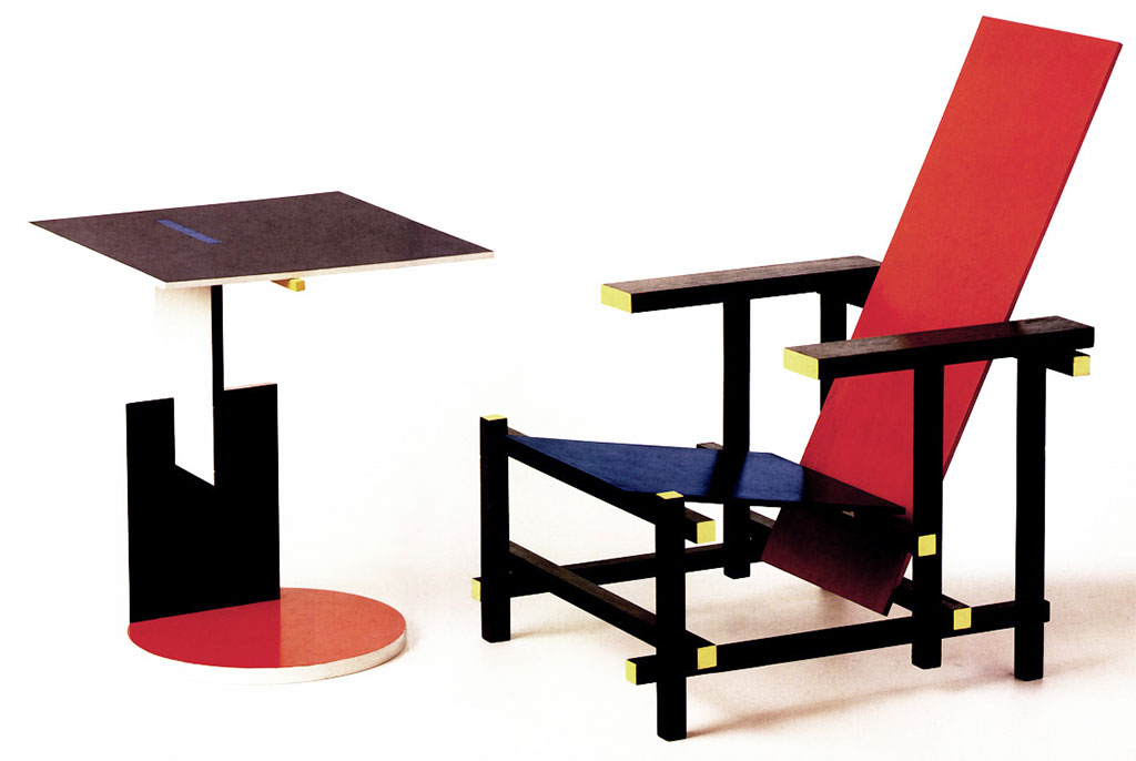 tavolinetto colorato e sedia rossa e blu