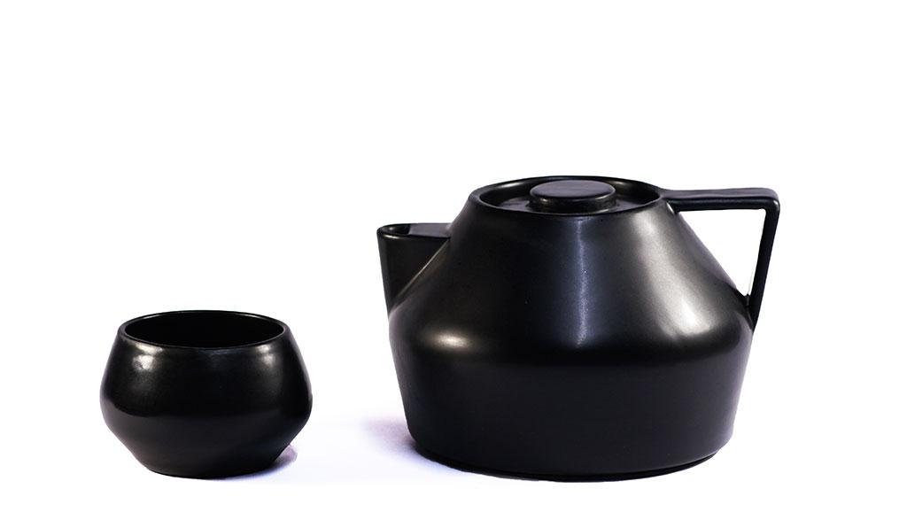 teiera e tazza colore nero