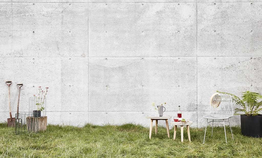 sedia e tavolino da esterno su prato casa