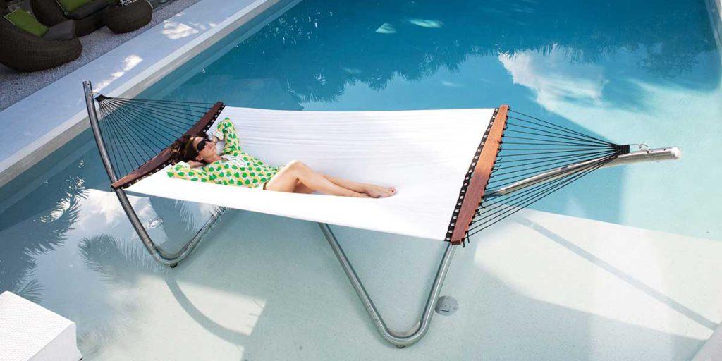amaca con donna sdraiata bordo piscina