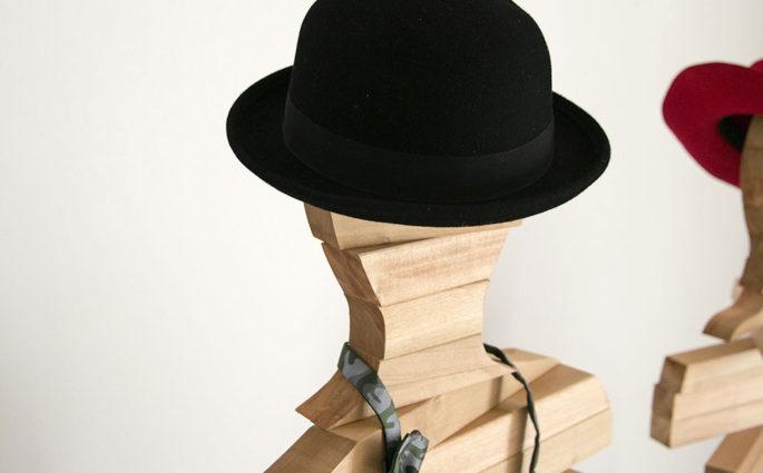 coppia appendiabiti con cappello