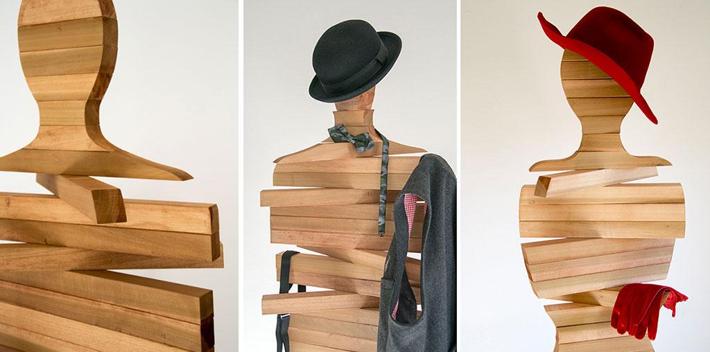 tre appendiabiti in legno snodabili