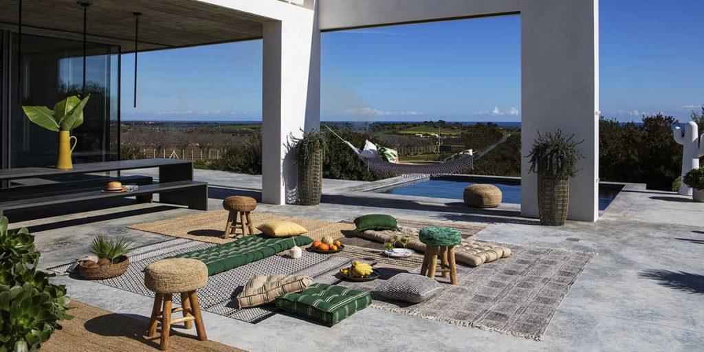sgabelli e tappeti in esterno casa