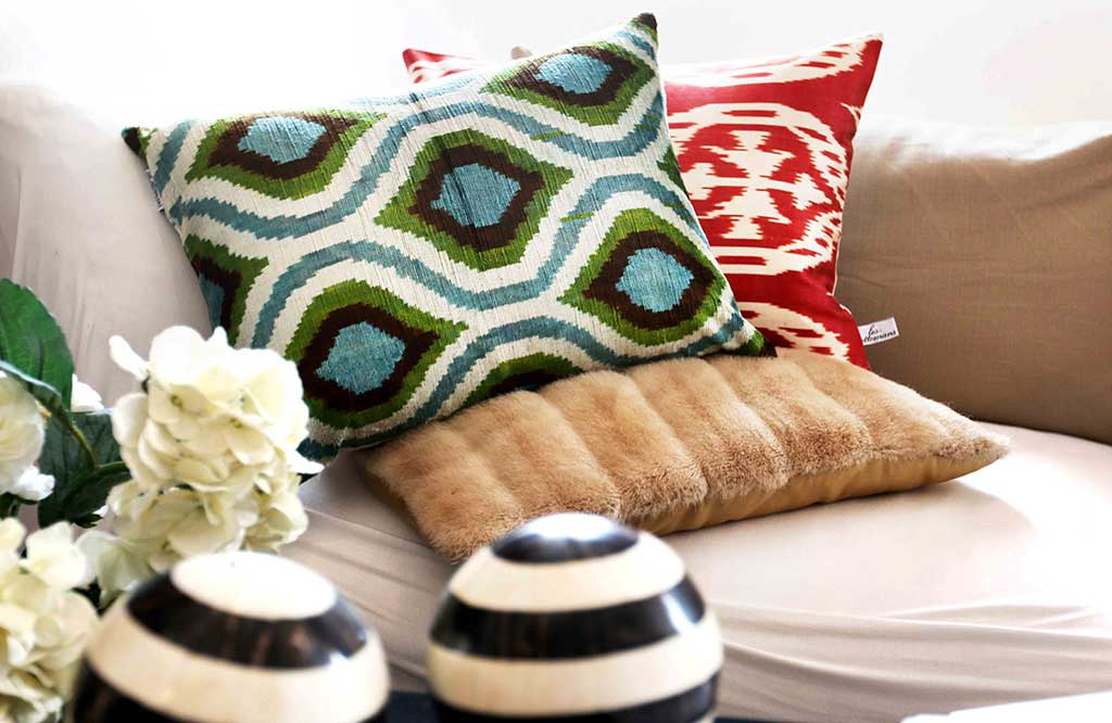 cuscini appoggiati su divano