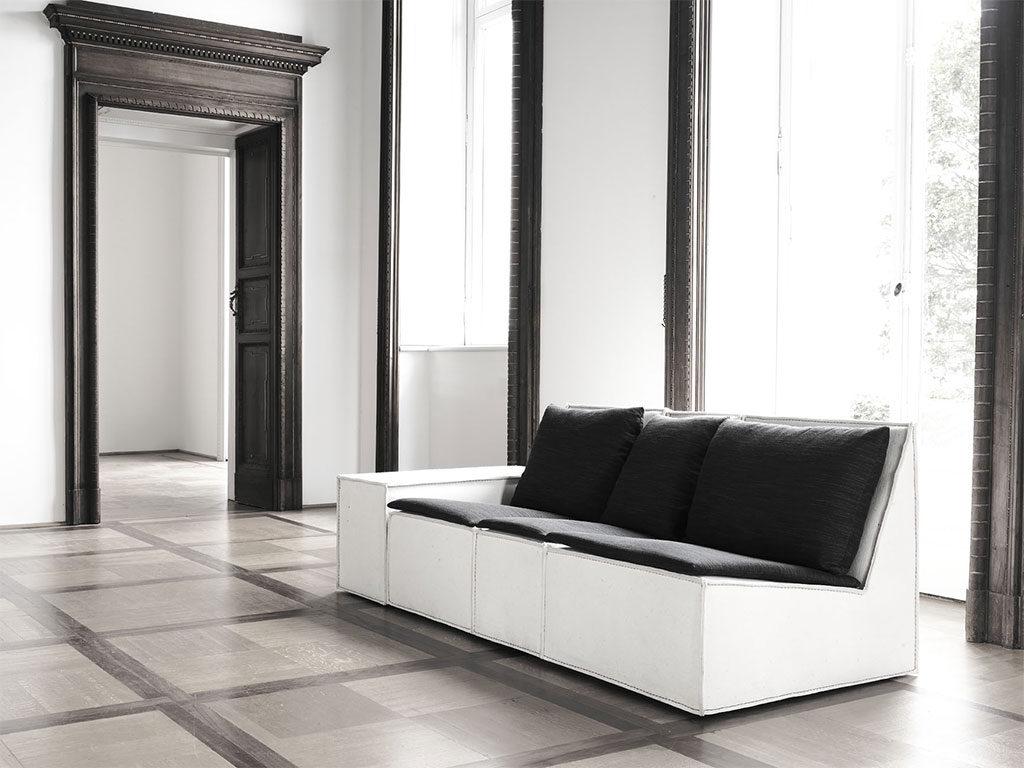 divano in tessuto con seduta inclinata