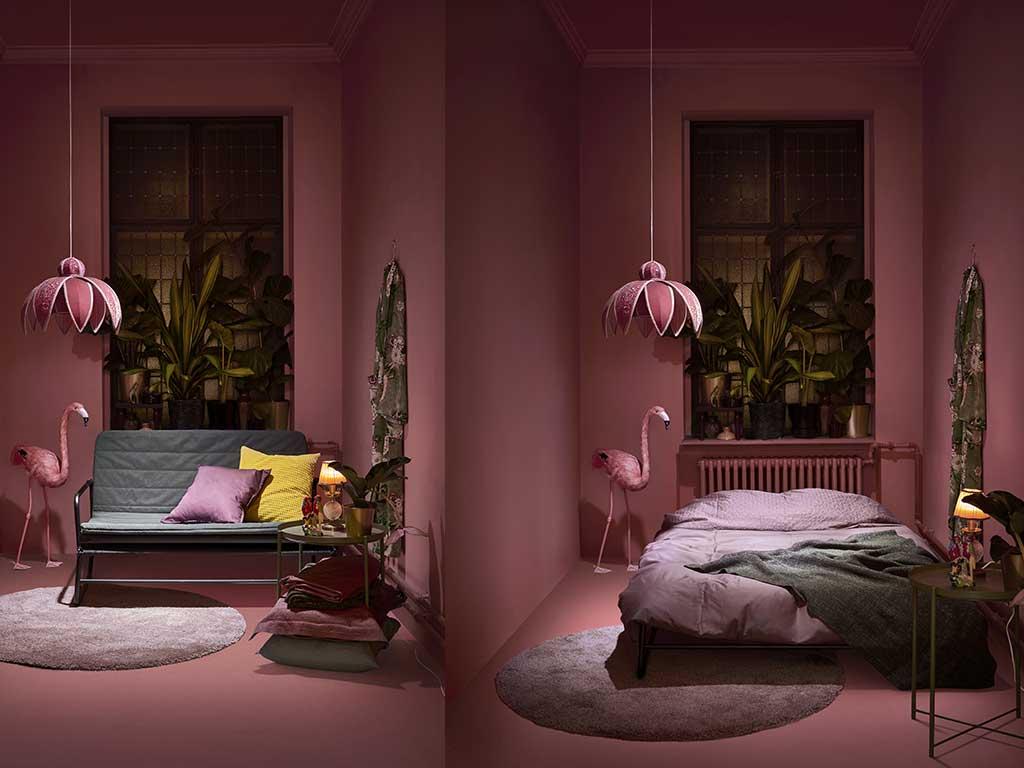 divano letto in stanza rosa