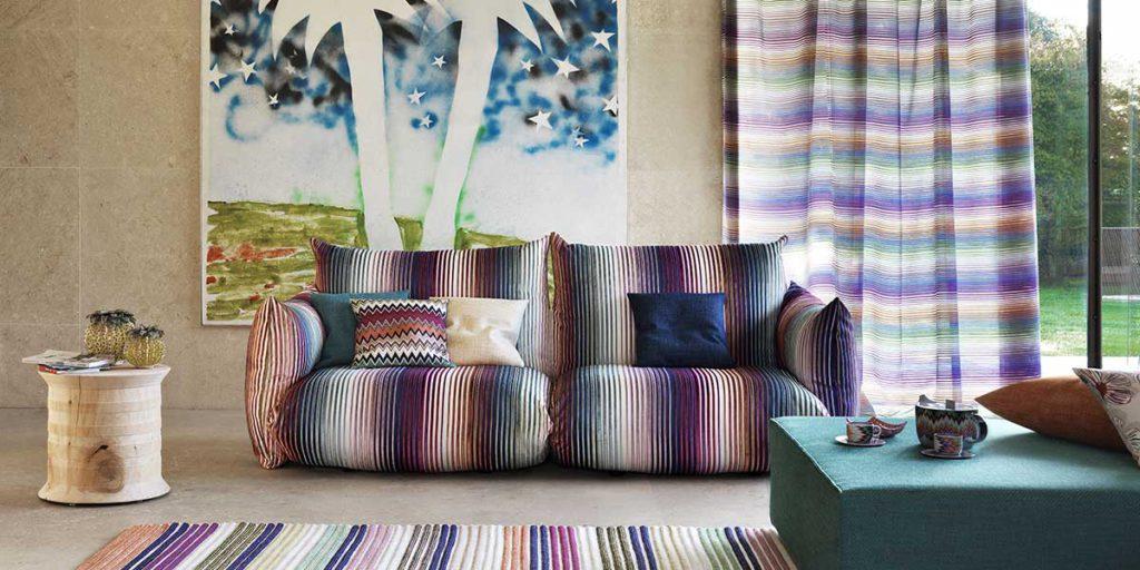 divano in tessuto a righe colorate
