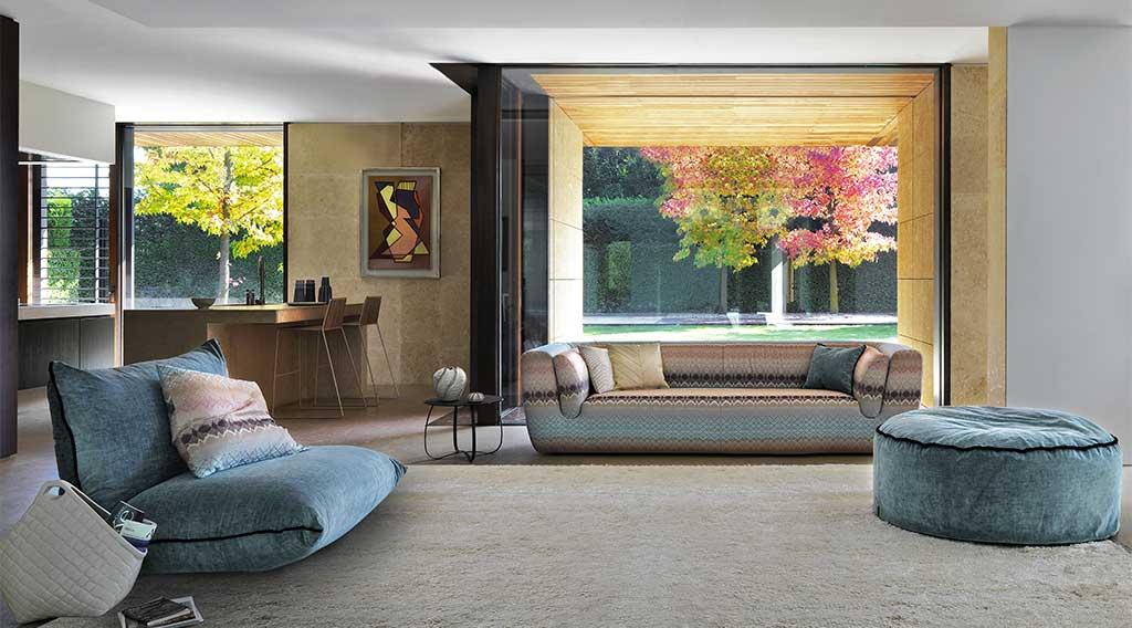 divano e pouf in tessuto colorato