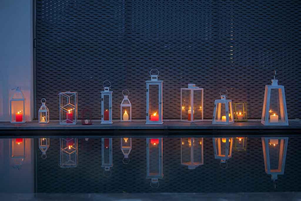 lanterne in legno da esterno con candela accesa