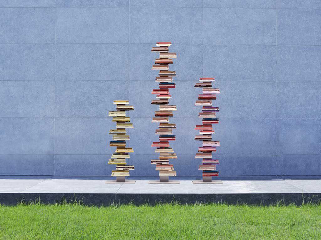 libreria verticale con libri