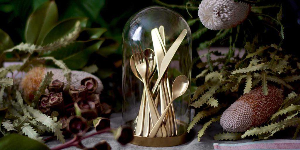 posate d'oro sotto campana vetro