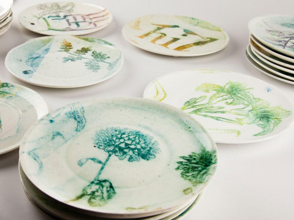 serie di piatti in ceramica decorati a mano