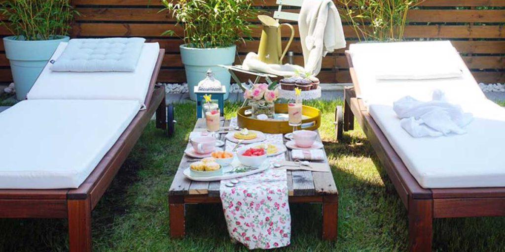 tavola prima colazione apparecchiata giardino