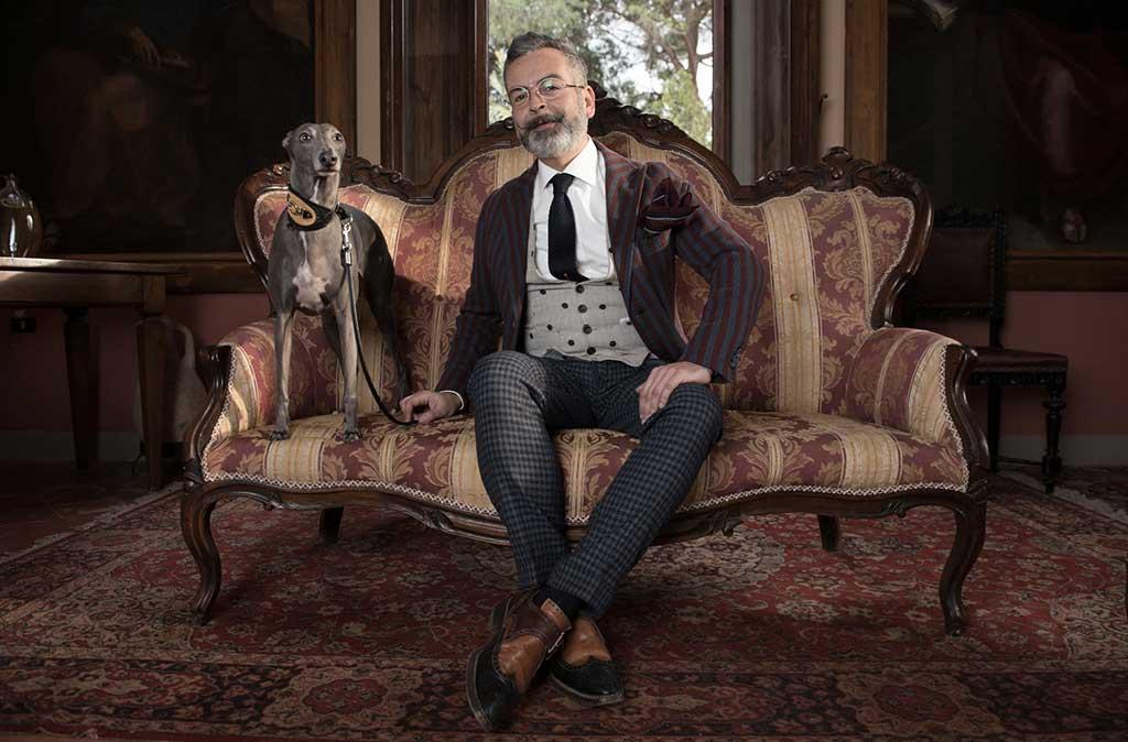 stefano agnoloni ritratto su divano con cane