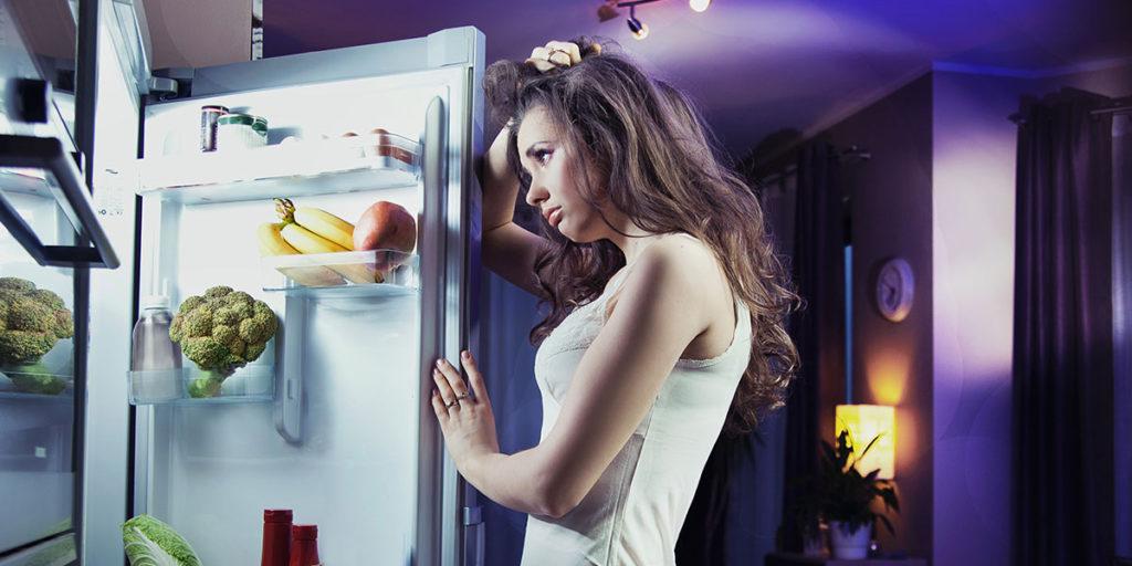 donna davanti frigorifero aperto