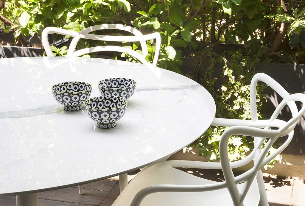 tavolino bianco da esterno con sedie