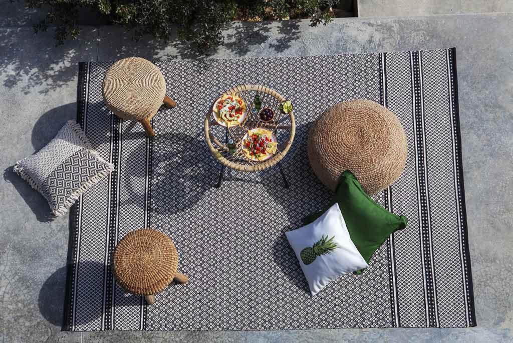 tappeto da esterno con pouf vimini