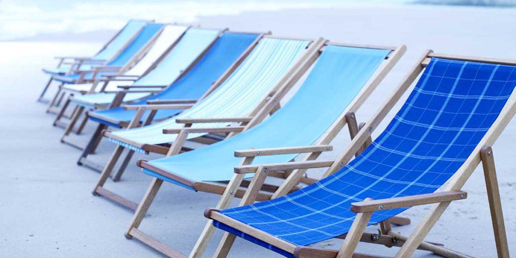 sedie sdraio colorate blu e bianche