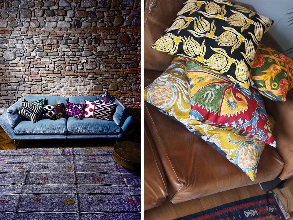 serie cuscini colorati su divano blu