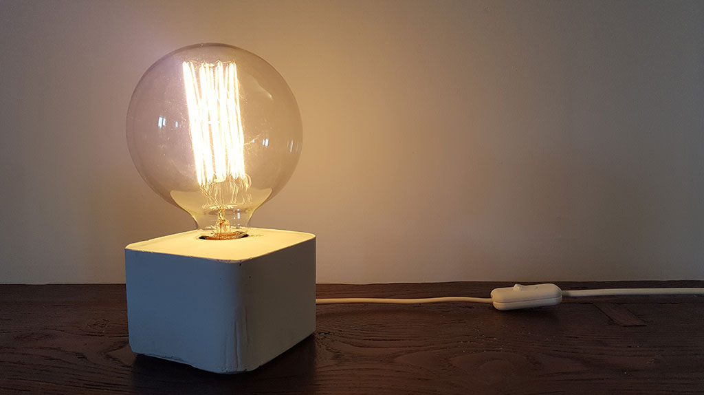 lampada in cemento da tavolo accesa