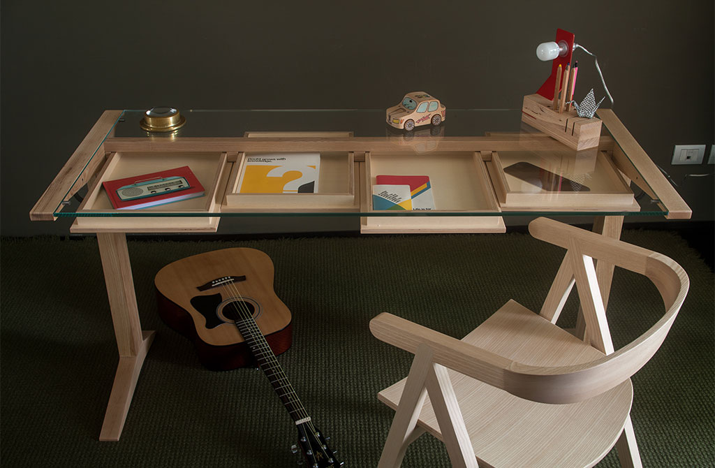 scrivania legno piano vetro