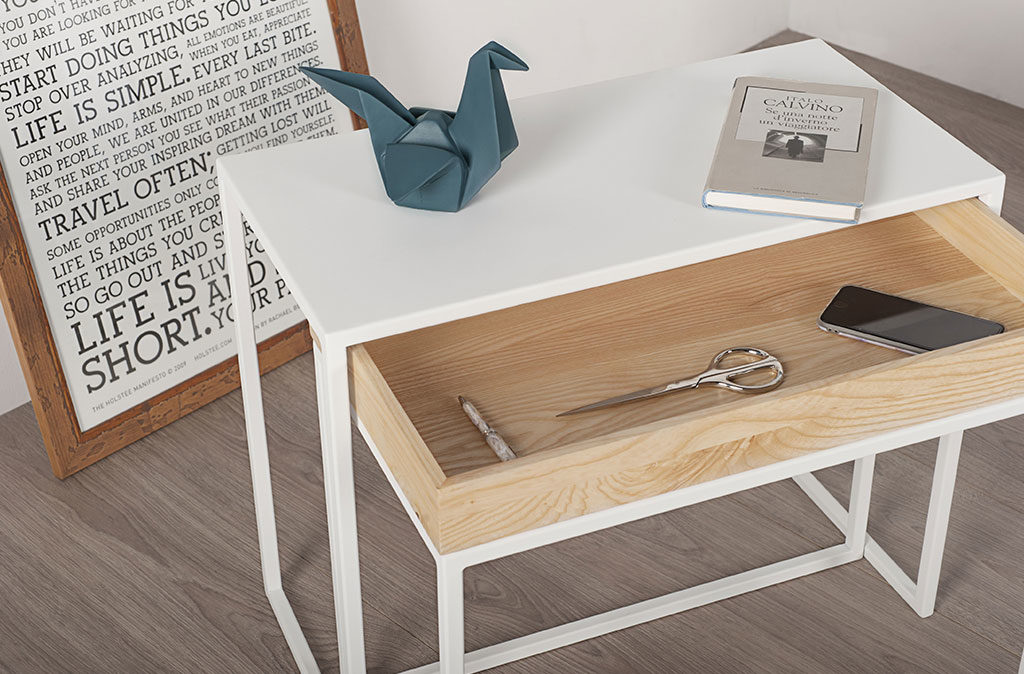 tavolinetto in alluminio con cassetto