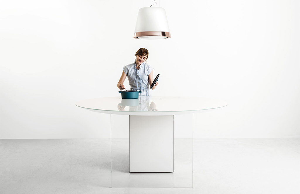 cucina isola bianca e cappa
